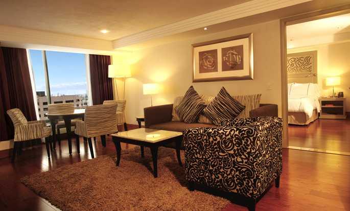 Hilton Guadalajara, México - Sala de estar de la suite Junior