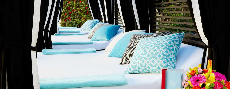 The Beverly Hilton, USA – Cabana-Betten am Swimmingpool