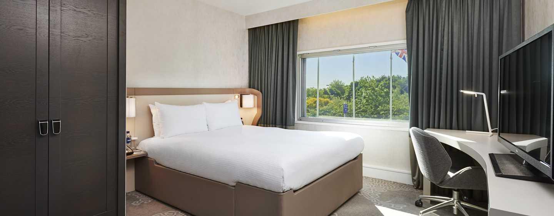Hilton London Heathrow Airport, Großbritannien - Zimmer mit Queen-Size-Bett