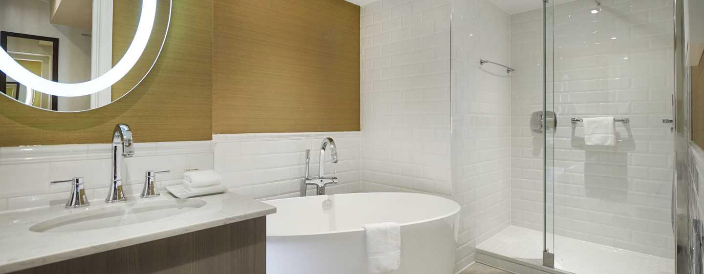 Hilton London Hyde Park, Großbritannien - Badezimmer des Zimmers mit zwei Doppelbetten