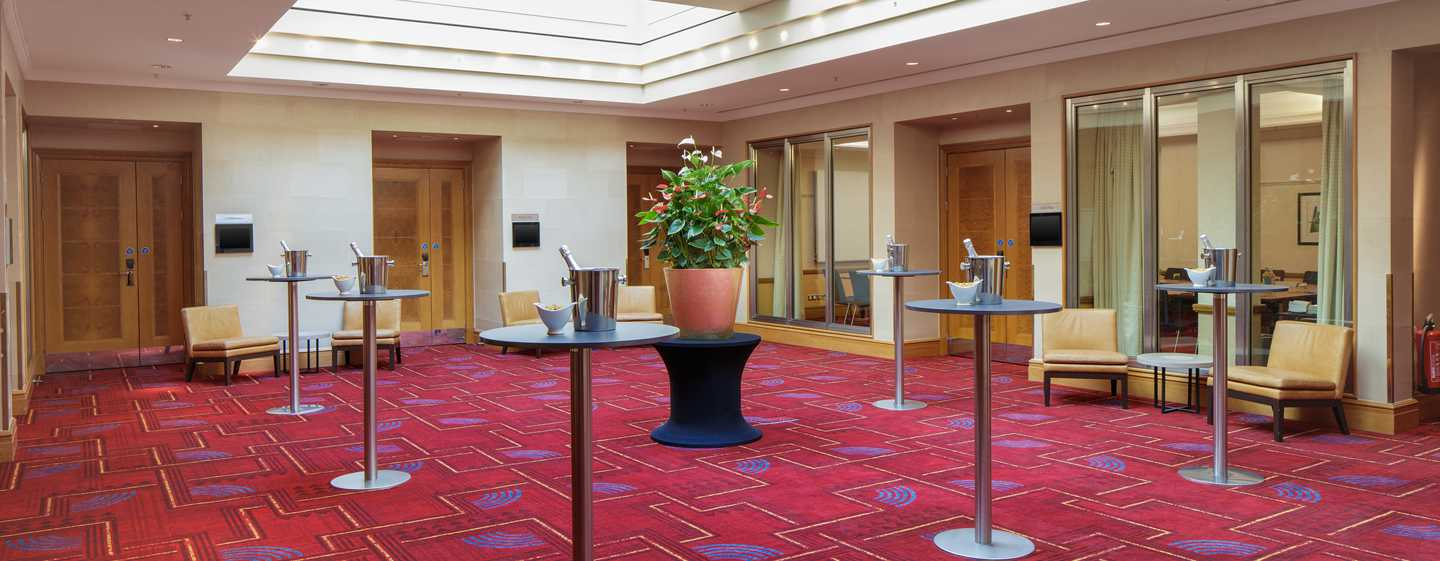 Hilton London Paddington, Storbritannien - Atrium med barbord