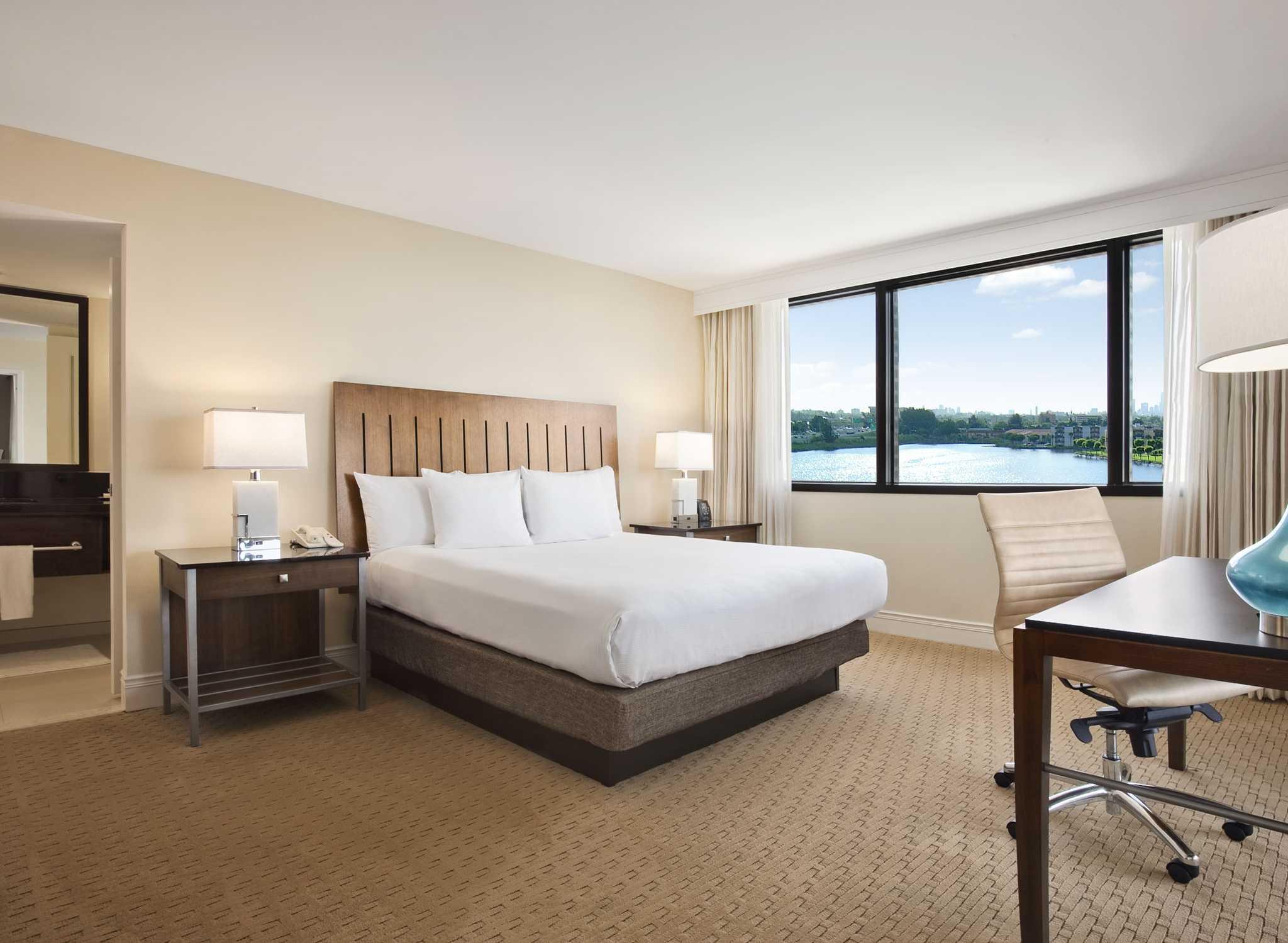 Hotel Hilton Miami Airport Blue Lagoon Florida Suite Con Balcón