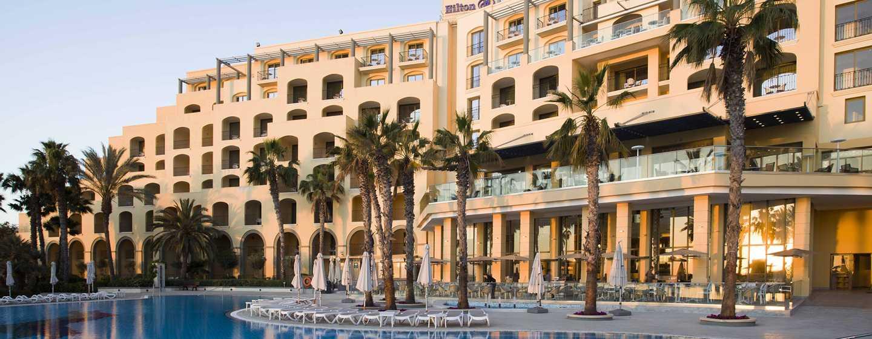 Hilton Malta hotel, St. Julian's, Malta - Uitzicht op het zwembad