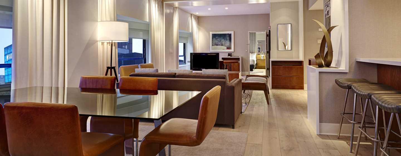 Im Wohnbereich der Suite können Sie am großen Esstisch gemütlich speisen