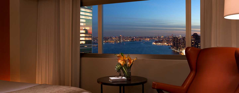 Millennium Hilton NewYork One UNPlaza, USA– Zimmer mit Ausblick am Abend