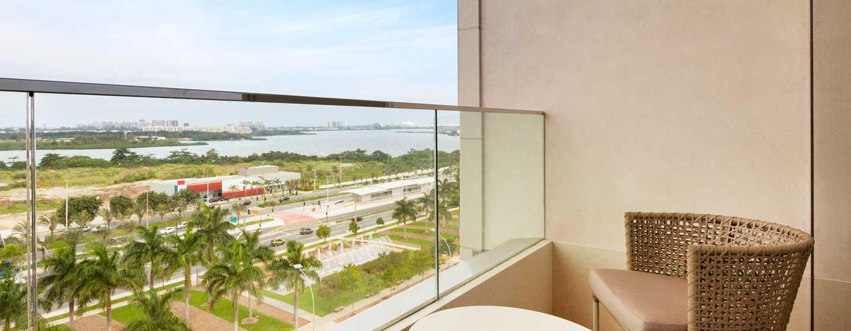 Hotel Hilton Barra Rio de Janeiro, Brasil - Vista de la suite clásica con cama King y balcón