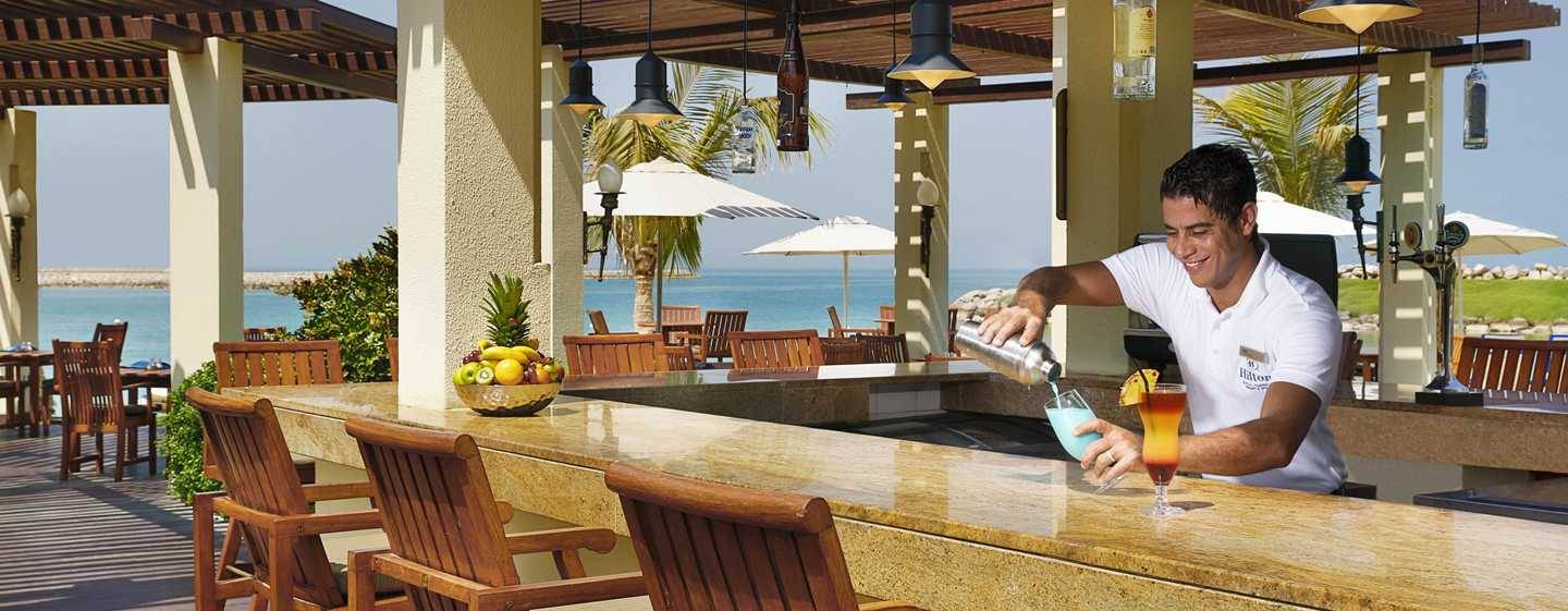 Hilton Ras Al Khaimah Resort & Spa Hotel, VAE – Erfrischende Cocktails in der Dhow Beach Bar