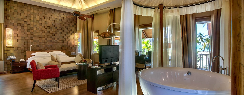 Hilton Ngapali Resort & Spa Hotel, Myanmar – Lagoon Suite mit Kingsize-Bett und Balkon
