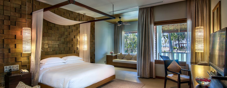 Hilton Ngapali Resort & Spa Hotel, Myanmar – Deluxe Zimmer mit Kingsize-Bett, Ausblick auf die Lagune und Balkon