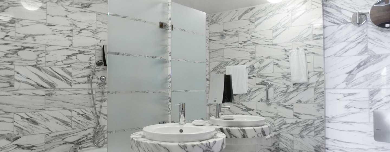 Hilton Stockholm Slussen Hotel, Zweden - Ruime marmeren badkamer