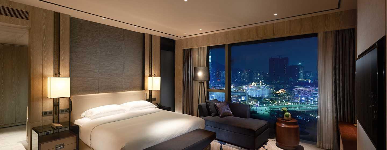 Hilton Shenzhen Shekou Nanhai, China – Zimmer mit King-Size-Bett