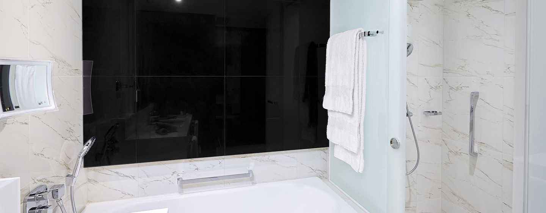 Hilton Tallinn Park, Viro – Hotellihuoneen kylpyhuone