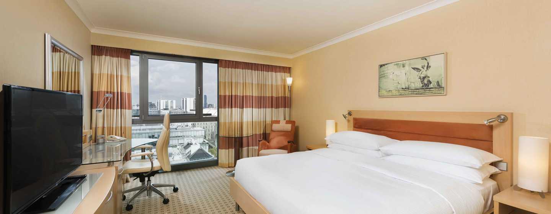 Hôtel Hilton Vienna, Vienne, Autriche - Chambre exécutive avec très grand lit et vue sur la ville