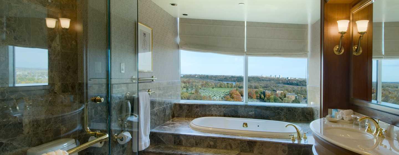 Hôtel Hilton Lac-Leamy, Gatineau, Canada - Salle de bains avec bain à remous d'une chambre avec très grand lit