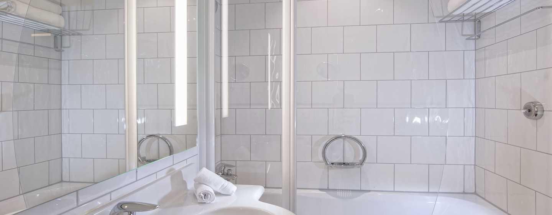 Hilton Zurich Airport Hotel, Schweiz– Zimmer mit Queensize-Bett– Badezimmer