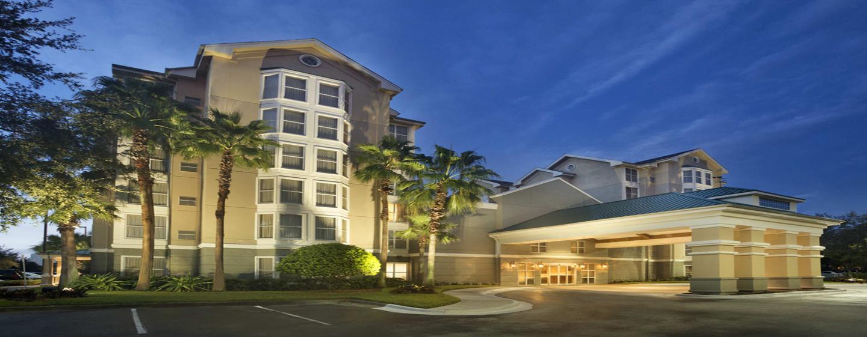 Homewood Suites do Hilton Orlando-International Drive/Centro de Convenções, Orlando, Flórida - Exterior do hotel ao entardecer
