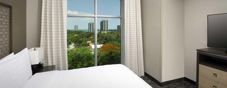 Hotel Homewood Suites by Hilton Miami Downtown/Brickell, EE. UU. - Cama de la suite con vista a la bahía