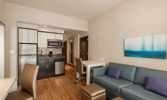 Hotel Homewood Suites by Hilton New York/Midtown Manhattan Times Square-South, NY - Zona soggiorno della Studio Suite con letto king size
