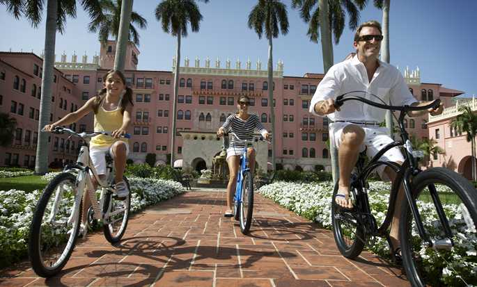 Boca Raton Resort & Club, A Waldorf Astoria Resort, Florida - Familia andando en bicicleta