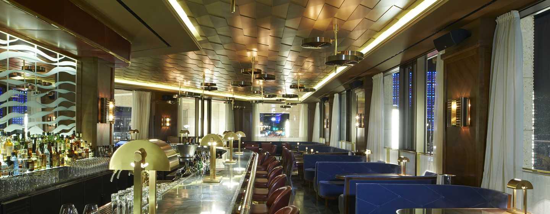 Lassen Sie sich abendliche Cocktails in unserer klassischen Lang Bar schmecken