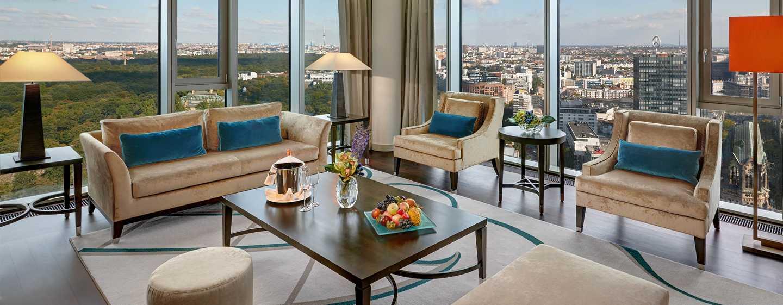 Genießen Sie den Wohnbereich der Tower Suite mit großen Panoramafenstern