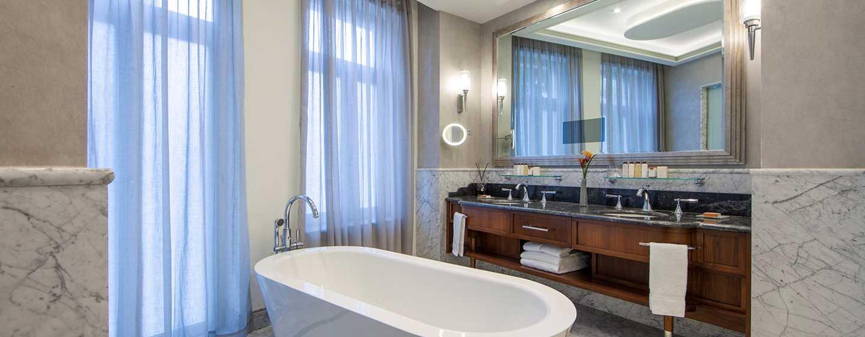 The Waldorf Astoria Jerusalem Hotel, Israel – Badezimmer der Suite mit einem Schlafzimmer