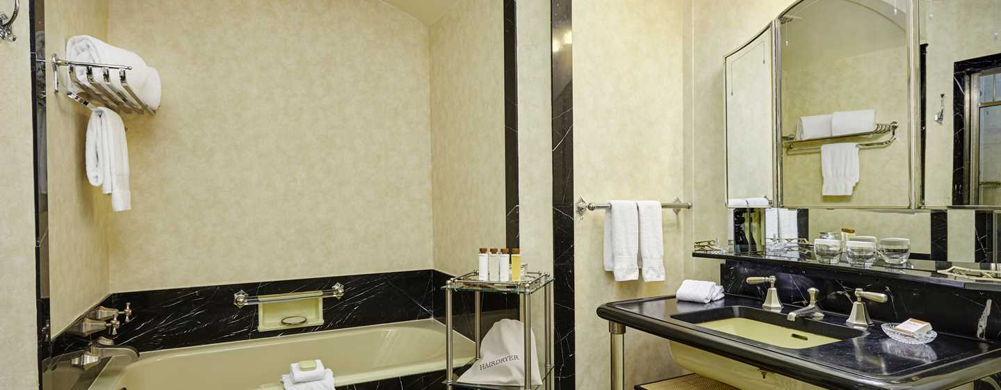 The Towers of the Waldorf Astoria, New York, USA – Badezimmer des Towers Residential Apartment – 2 Schlafzimmer