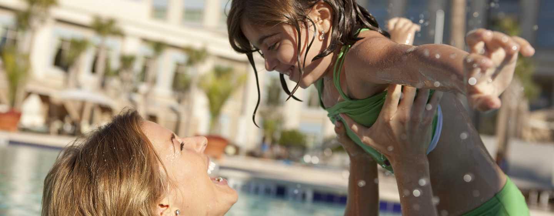 Hôtel Waldorf Astoria Orlando, Floride, États-Unis - Loisirs en famille au bord de la piscine