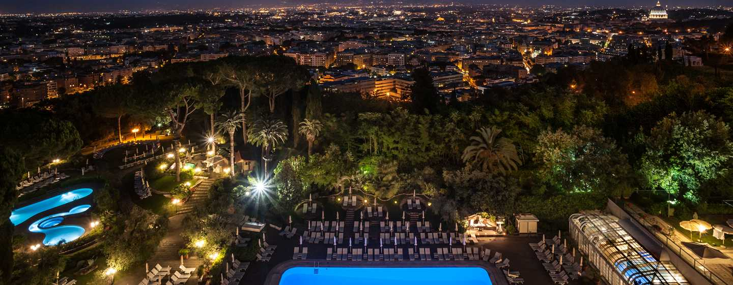 Rome Cavalieri, A Waldorf Astoria Resort, Itália – Vista noturna de Roma do terraço do hotel