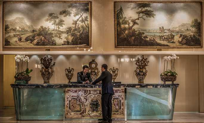 Rome Cavalieri, A Waldorf Astoria Resort, Itália – Balcão do concierge