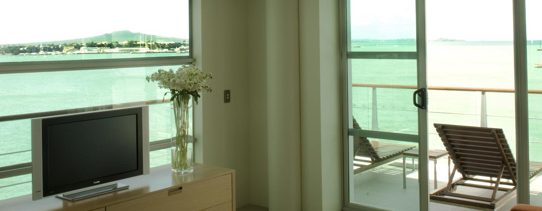 Entspannen Sie auf dem großen Balkon im Deluxe Zimmer des Hilton Auckland