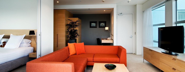 Entspannen Sie auf dem großen Sofa bei einem Film in der Relaxation Suite