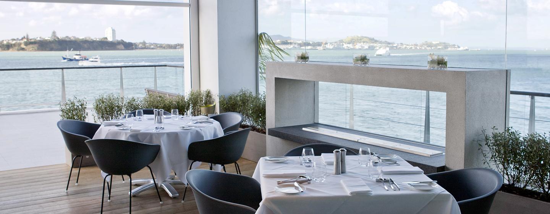 Genießen Sie ein leckeres Dinner im schicken Restaurant mit schönem Ausblick