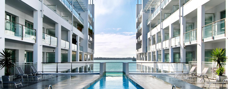 Vom beheitzten Pool können Sie den Blick auf das Wasser genießen