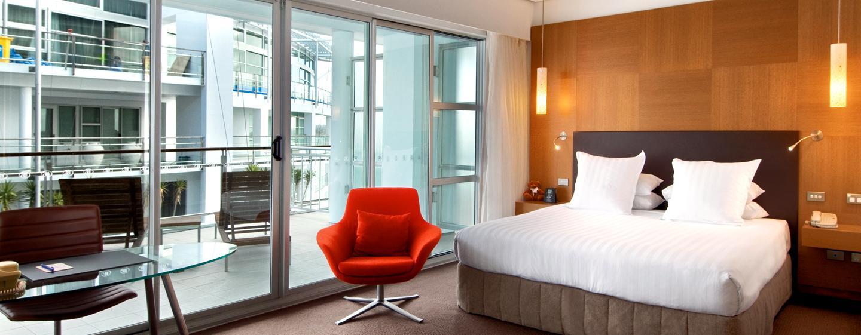 Die modernen Zimmer verfügen über private Balkone