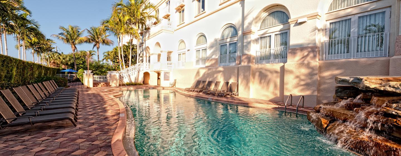 Erfrischen Sie sich im schönen Pool auf dem Hotelgelände