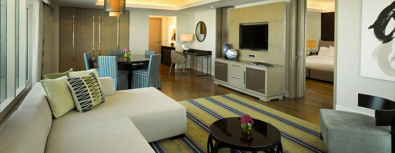 Hotel Hilton Capital Grand Abu Dhabi, EAU - Zona soggiorno della Suite Deluxe