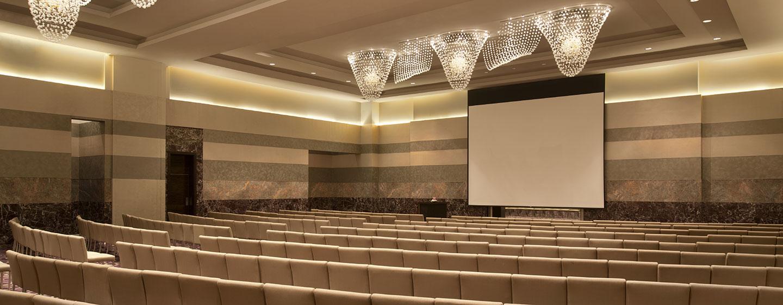 Hotel Hilton Capital Grand Abu Dhabi, EAU - Salone con allestimento a teatro