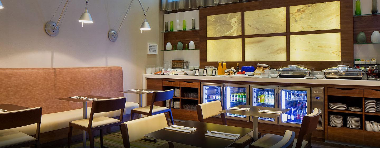 In der Lounge wird den Gästen täglich ein frisches kontinentales Frühstück serviert