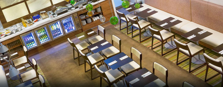 Hotel Hilton Barcelona, España - Mesas de la sala de estar ejecutiva