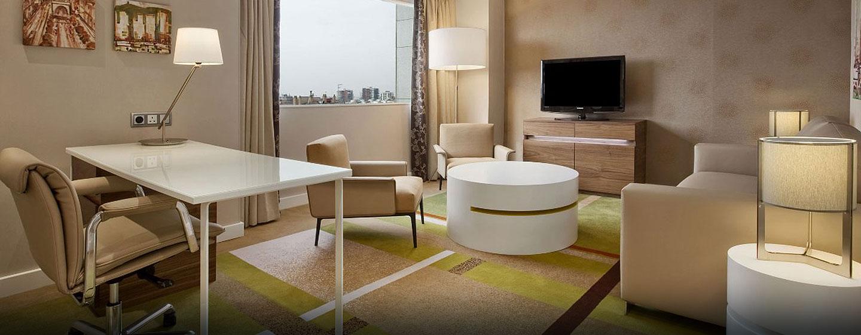 Im Wohnbereich der Suite können Sie sich auf den gemütlichen Sitzmöbeln entspannen und fernsehen