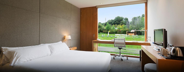 DoubleTree by Hilton Hotel & Conference Center La Mola, Terrassa, España - Habitación con cama king y balcón