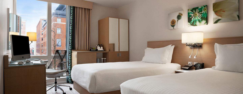 Im Zweibettzimmer steht Ihnen bequeme Betten und ein großer Schreibtisch zur Verfügung