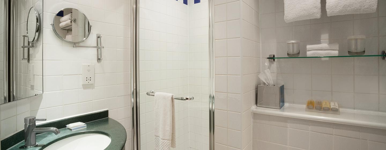 Das helle Badezimmer ist mit einer Dusche ausgestattet