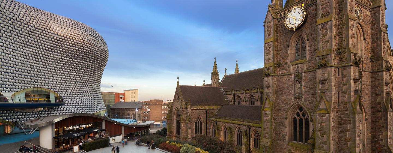 Mit dem Auto oder mit öffentlichen Verkehrsmitteln können Sie das Stadtzentrum von Birmingham leicht erreichen
