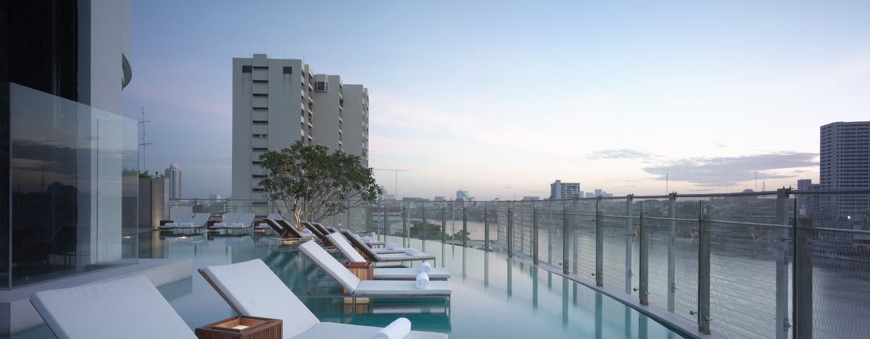 Auf dem Hoteldach können Sie auf der Terrasse in der Sonne baden