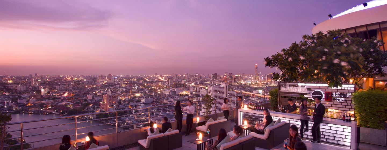 Treffen Sie sich am Abend mit Freunden und Kollegen auf der großen Terrasse mit Blick auf die Skyline Bangkoks