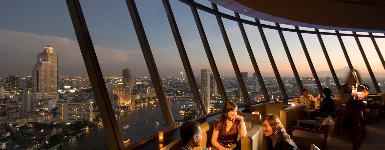 In der Lounge können Sie am Abend den wunderschönen Ausblick auf Bangkok genießen