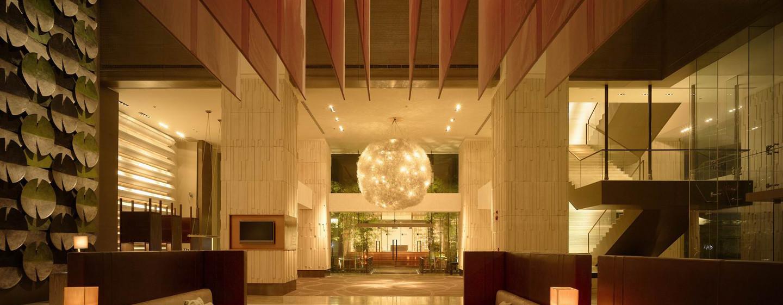 Im prungvollen Eingangsbereich des Millennium Hilton Bangkok Hotel werden Sie herzlich begrüßt