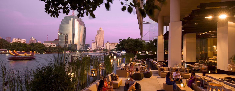 Lassen Sie sich im Restaurant des Luxushotels direkt am Fluss leckere Speisen servieren